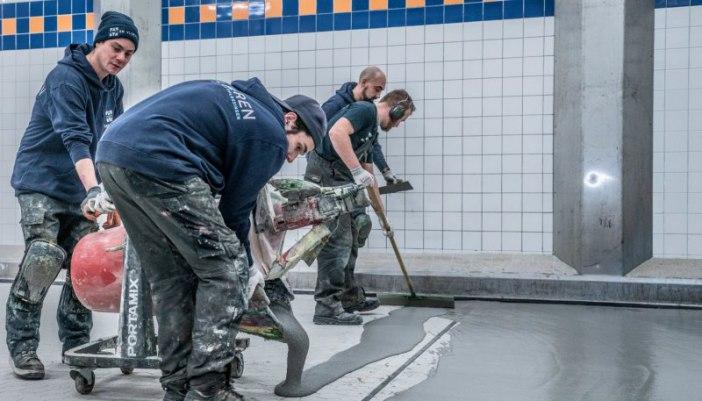 Teamwork bij aanleg vloer vleesverwerkende industrie