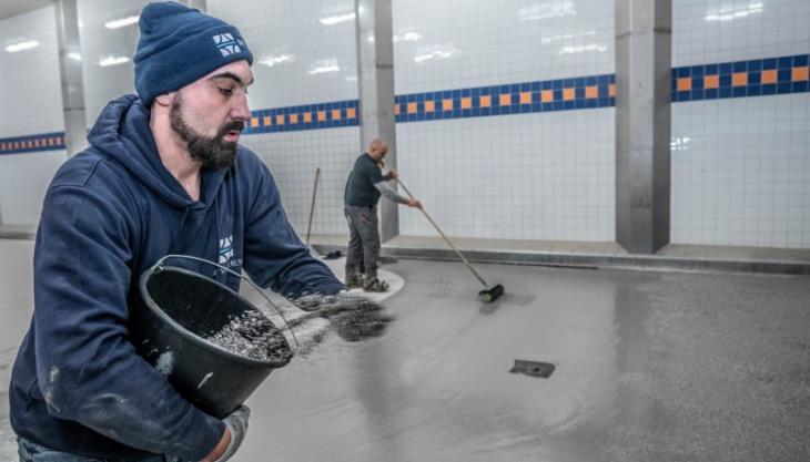 Vuurgedroogd zand vormt antislip vloer bij renovatie vloer vleesverwerkende industrie