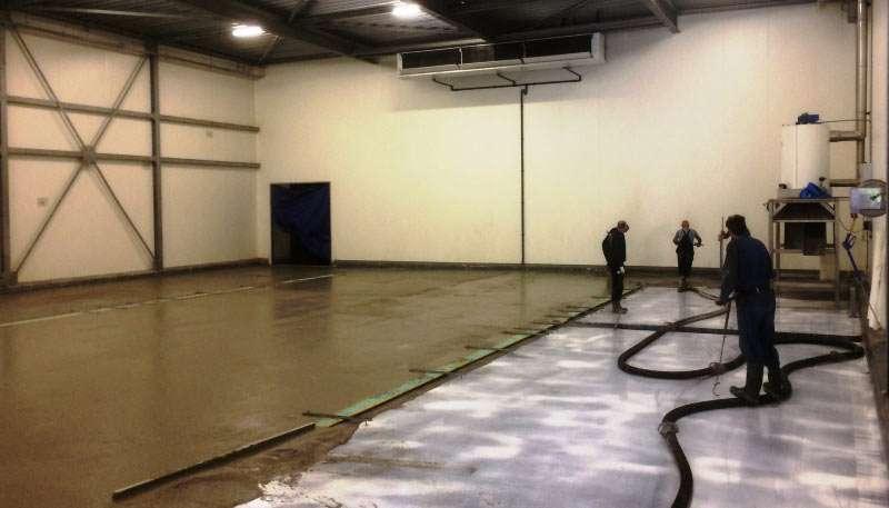 Storten van de sneldrogende, nieuwe betonvloer