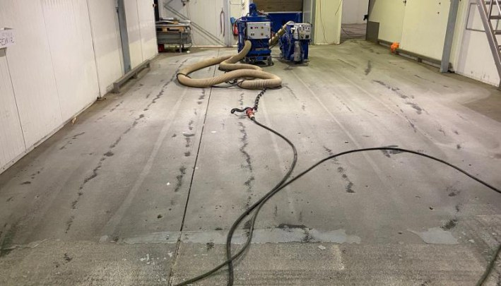 Opruwen bestaande vloerafwerking t.b.v. renovatie vloer