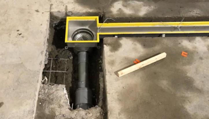 Plaatsen pakgoot met afvoerput in renovatievloer