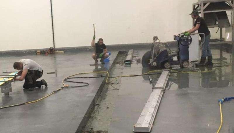 Plaatsen en stellen van de RVS afvoergoten
