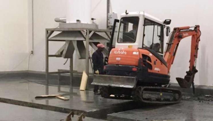 Slopen van de betonvloer voor opbouw renovatievloer