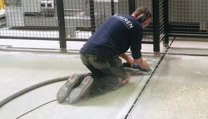 Schuren ondergrond voor aanhechting met renovatievloer