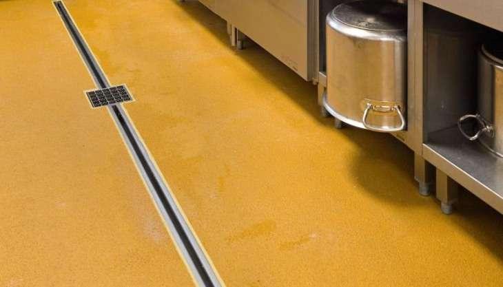 Ucrete vloer met RVS afwateringssysteem