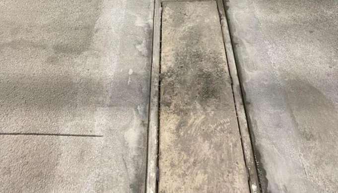 Tijdens vloer renovatie aangebrachte verankeringsgroeven